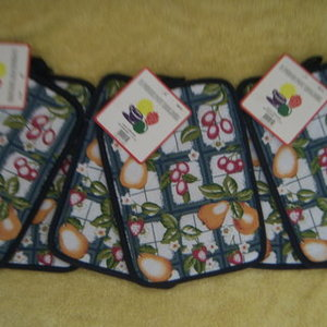lot 6 POTHOLDERS kitchen is being swapped online for free