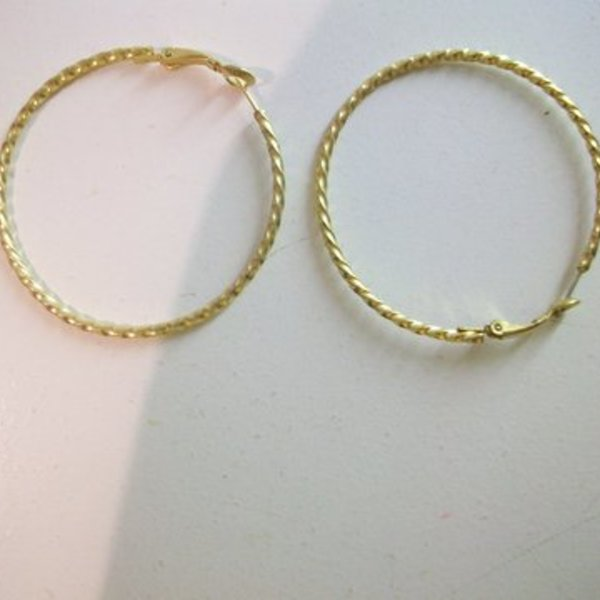 Gold Tone Hoops is being swapped online for free