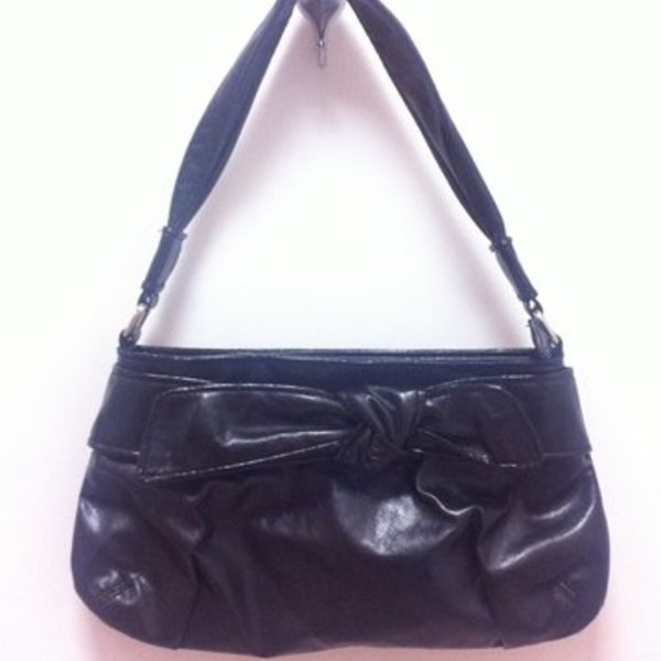 black patent purse / hobo bag is being swapped online for free