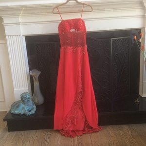 Stunning red gowns is being swapped online for free