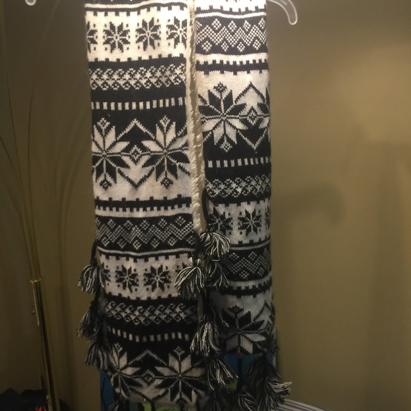 Mukluk Black and white scarf is being swapped online for free