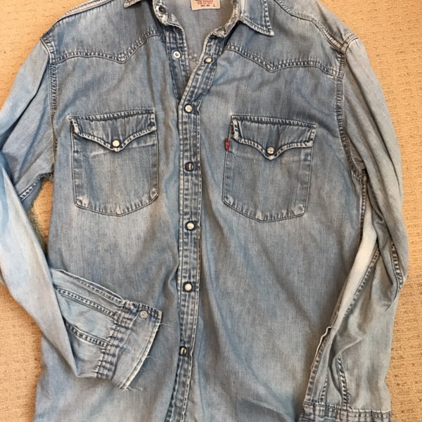 Soft comfy sexy Levi's chambray shirt is being swapped online for free