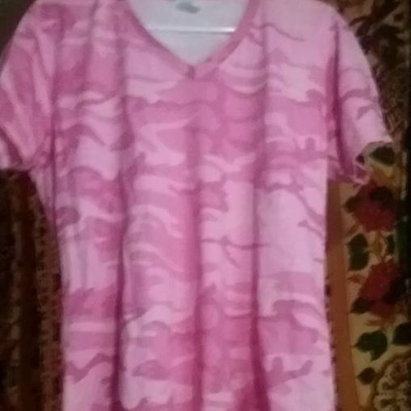 Ladies large pink camo v-neck t-shirt excellent condition is being swapped online for free