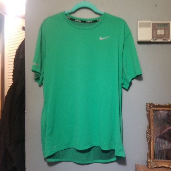 Mens NIKE dri fit Running Tee XL is being swapped online for free