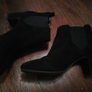 Black Anne Klein Boots  is being swapped online for free
