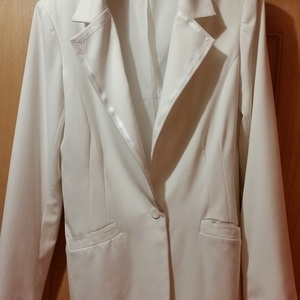 Wide lapel blazer, white, size 10 tall, like new is being swapped online for free